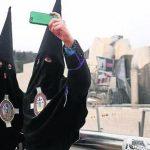 Cofrades sacandose un selfie con el Guggenheim de fondo